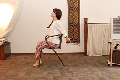 椅子に座った簡単ヨガ3
