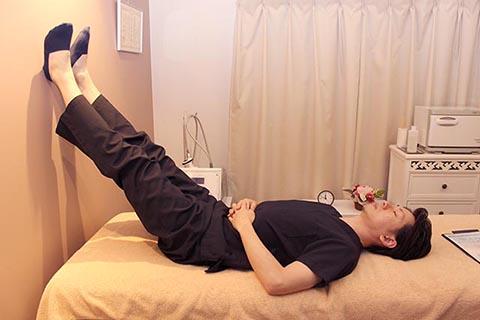 足が補足なる方法1 足を上げて寝る
