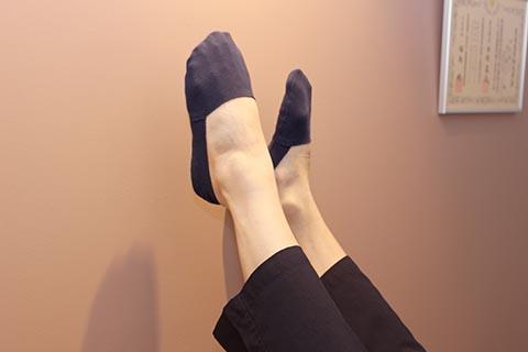 足が細くなる方法3 足先で大きく円を描く