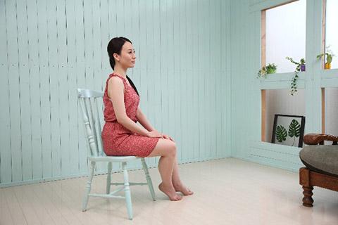 きれいな姿勢が理想だが、人の体が簡単に悪い姿勢になるのは