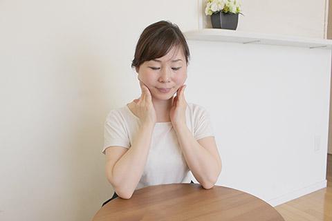表情癖で固くなりがちな筋肉をほぐす「うなずき」セルフケア