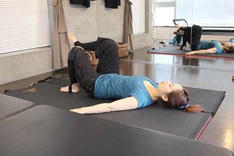 姿勢改善のピラティスの方法1