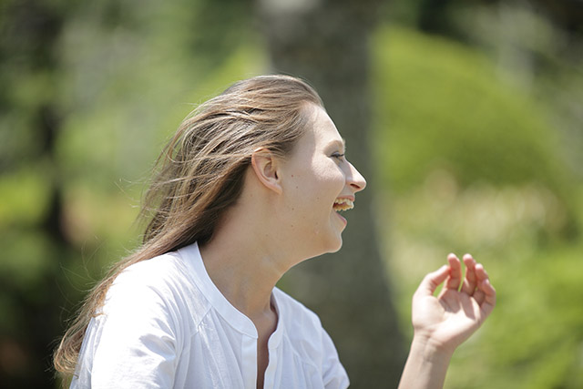 笑顔は眉間やおでこのしわ予防!口角ストレッチの簡単方法有