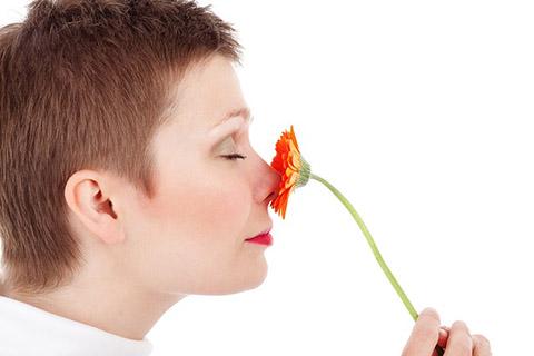 鼻筋をきれいにみせて鼻を小さくする方法