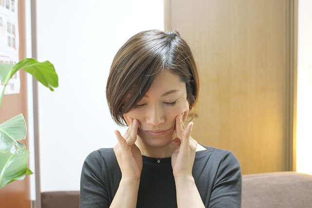 表情筋をほぐす顔のストレッチ!小顔等に効果的な簡単な方法