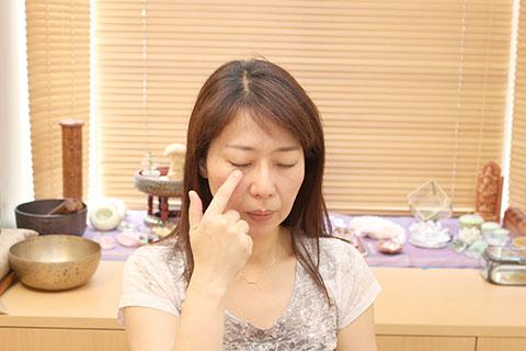 ぱっちり目を大きくする方法1. 経絡の手順3