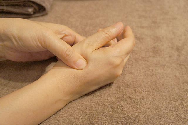 手の甲に美肌のツボが?肌荒れにいい「合谷」の場所と押し方