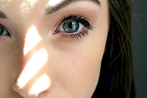 目の大きさが高さが違う?目が左右非対称の原因は?美容専門家に聞く