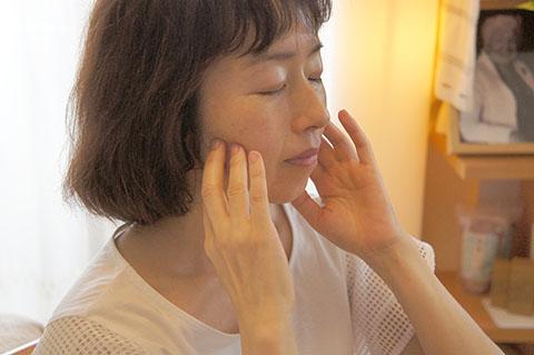 顎をシャープにする方法 咬筋を触って口を開閉する