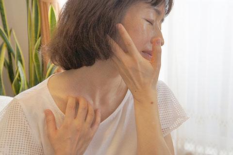 顎をシャープにする方法 鎖骨の上を押さえて顔を引く