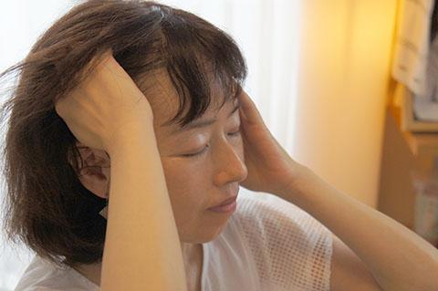 顎をシャープにする方法 耳の上あたりを引き上げる