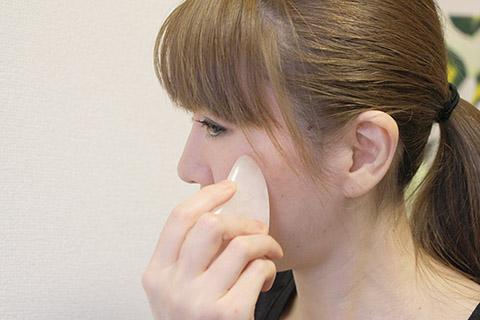 かっさの小顔マッサージの方法!美容家が詳しく教えるかっさの使い方19