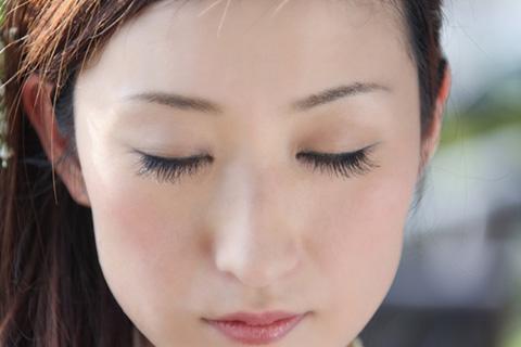 目元が乾燥してカサカサする原因とエステ員の教える保湿やメイクオフ方法