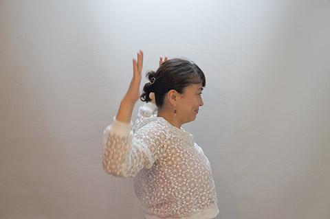 顔のリフトアップになる肩甲骨のストレッチ