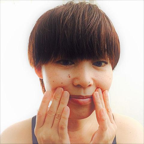 えくぼのあたりをゆるめて顔の歪みを改善する