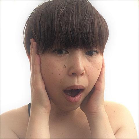 こめかみを押さえて口を開閉したりして顔の歪みを改善する