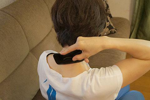 かっさで肩をマッサージする方法