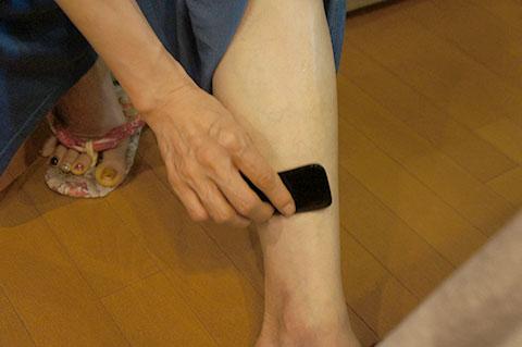 かっさで足をマッサージする方法