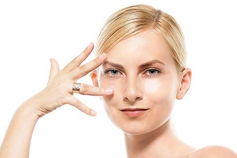 まぶたのたるみ改善に美容家が教えるスキンケアポイントやマッサージ方法